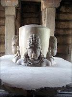 La statue à quatre têtes dans le temple de Brahma