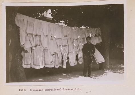 Vanzatoare de camasi in Sinaia anului 1923