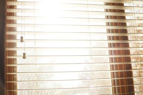pixabay.com/en/window-blinds-decor-bedroom-924985