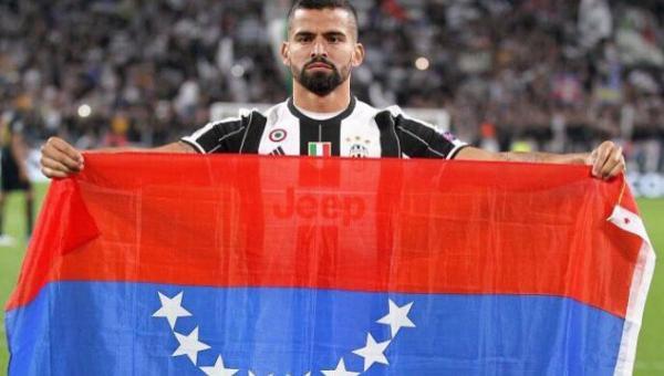 Futbolista venezolano en la Champions League posa con su bandera en signo de protesta