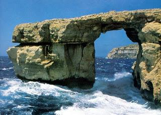 Puerta Azul, erosión en las rocas de la costa que parece una puerta y el color azul es obvio por el color del mar y el cielo. Dwejra Point en Malta