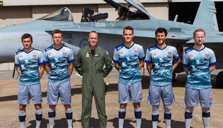 0cdc49dee616d Newcastle Jets lança camisa em homenagem à Força Aérea Australiana ...
