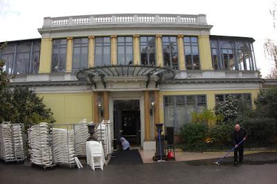 Entrée du restaurant Pavillon Ledoyen à Paris.