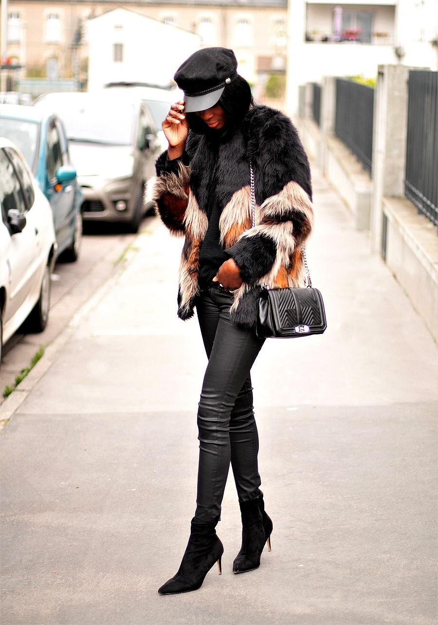 manteau-fausse-fourrure-pantalon-cuir-sac-bandouliere-chaine