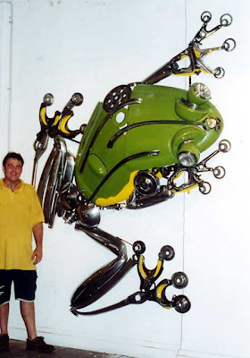 Escultura de rana gigante hecha con material reciclado de autos