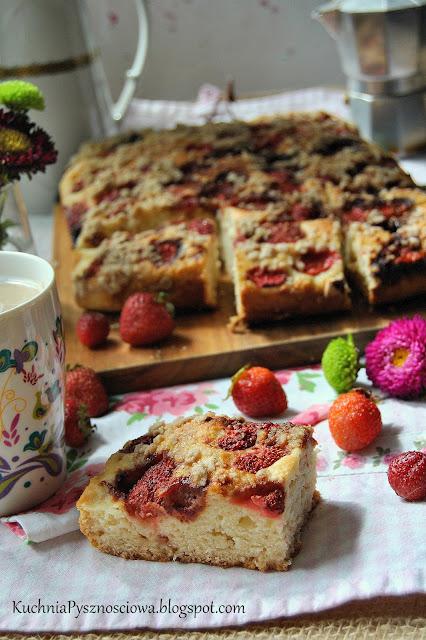 438. Ciasto drożdżowe na białkach z truskawkami