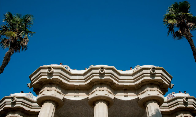 Hoe krijg je blauwe lucht op de foto? Reisfoto Parc Guell