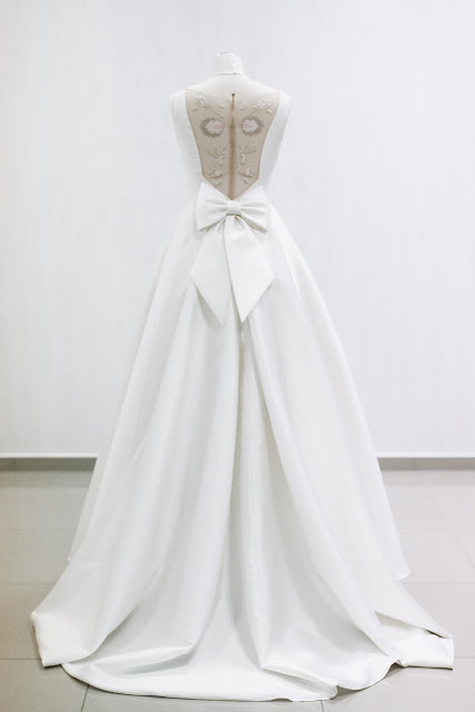 Prosta, elegancka suknia ślubna z ciekawą aplikacją na plecach.
