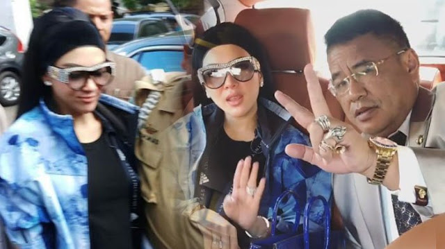 Syahrini Tampil Cetar dengan Kacamata Bertabur Kristal ke Pengadilan Negeri Depok