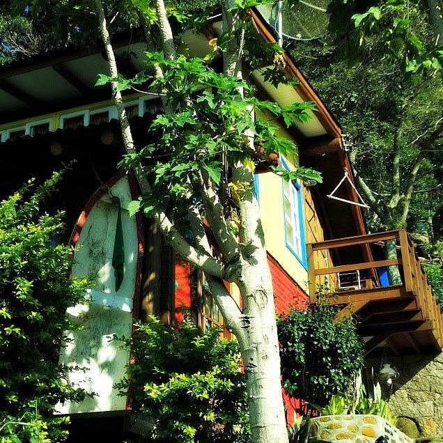 Costa da Lagoa, Florianópolis: Casa com prancha de surfe na frente. Veja a prancha branca, à esquerda da foto.