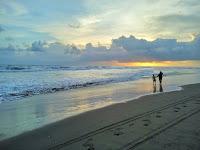 foto matahari terbenam di pantai parangtritis