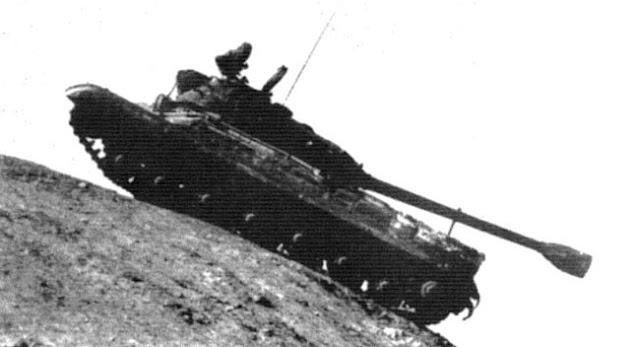 Танк Т-10 на крутом горном спуске. Пушка установлена по-походному. Испытания. 1952 год