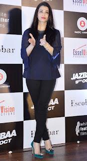 Aishwarya Rai Clapping In Standing Pose