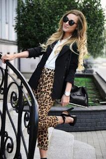 Calças animal print leopardo com blusa branca e blazer preto
