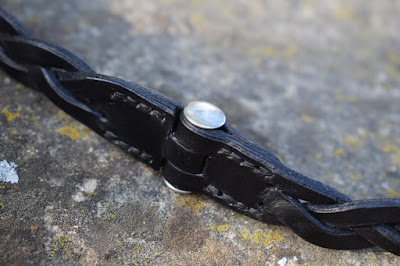 Dettagllio chiusura esclusiva con borchia a vite per braccialetto in cuoio
