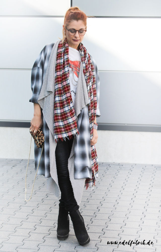 the classy factory Look, plaid coat, plaid scarf, karietes T-Shirt