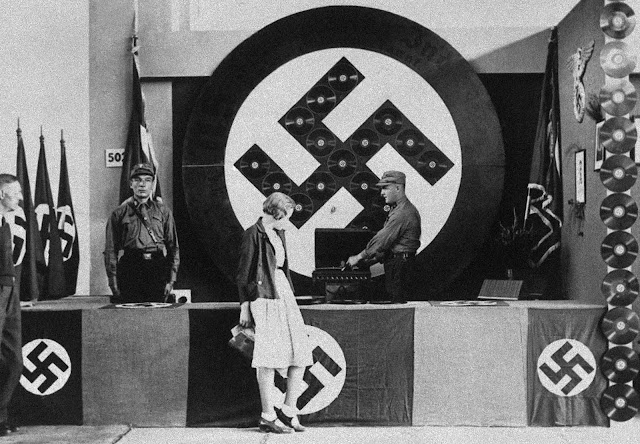 DJ Nazi poniendo discos