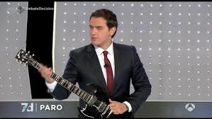 Albert: también sabe tocar la guitarra