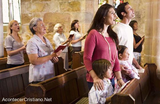 Asistencia al culto del domingo en iglesia