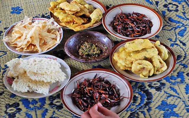 Gorengan, Belalang Goreng, Keripik Singkong di Desa Wisata Bleberan (dok: cewealpukat.com)
