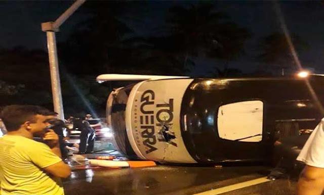 Tony Guerra-Ônibus do cantor Tony Guerra vira e músicos ficam feridos