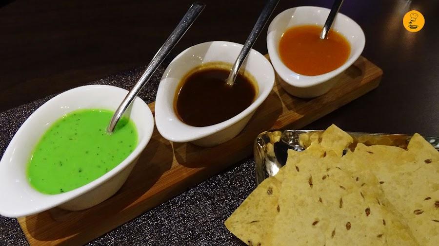 Pan de lentejas con comino acompañado de salsa de mango, menta y tamarindo en Doli Madrid