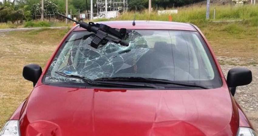 Conductor atropella a un Zeta que lo quería secuestrar en un Narcoreten de Tamaulipas, su arma quedo incrustada en el parabrisas