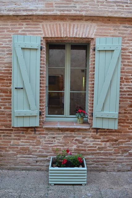 jardinage façade maison briques