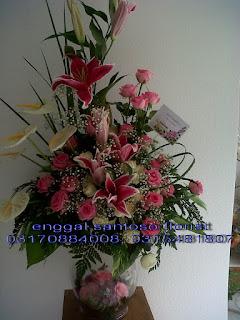 rangkaian karangan bunga meja model vas kaca dan tiger lily