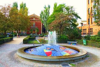 Paris : La charmante fontaine bigarrée Alban Satragne - Square Alban Satragne - Xème