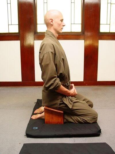 Posturas de Meditación • Seiza con banquito