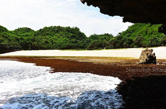 Pasir putih di pantai Sedahan