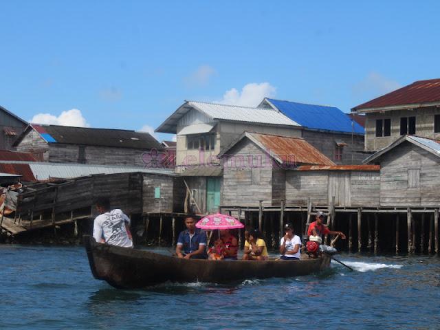 Perahu Penyeberangan Warga antara Kota Larat - Siwahan