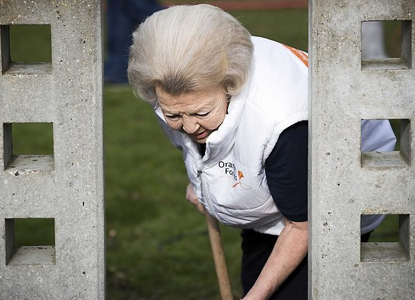 Princess Beatrix does volunteer worked at Playground Monastery parking facilities under NLDoet in IJsselstein. The Oranje Fonds