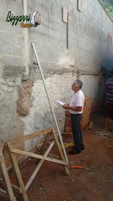 Bizzarri, da Bizzarri Pedras, visitando uma obra onde vamos fazer os revestimentos de pedra na parede com a lareira de pedra e as escadas de pedra em casa em condomínio em Mairiporã-SP. 07 de novembro de 2016.