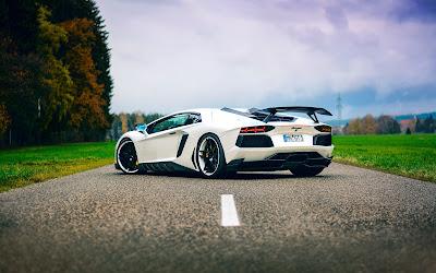 Coche deportivo blanco aparcado en medio de la carretera