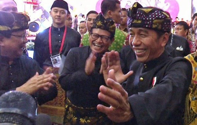 Gaya Lucu 'Pendekar' Jokowi dan Prabowo di Arena Silat