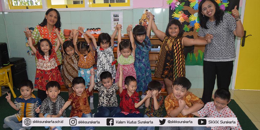 TK Kalam Kudus Ajak Siswanya Peringati Hari Batik Nasional 2018