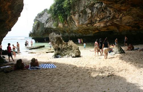 Pantai Blue Point Yang Bisa Dinikmasti Di Dalam Goa
