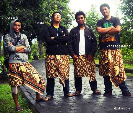 Memakai batik di Borobudur