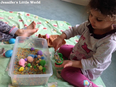 How to make an Easter themed sensory tub for toddlers and young children