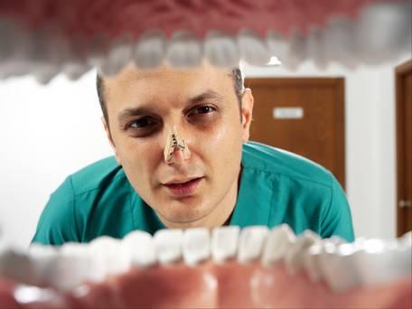 nafas berbau busuk (halitosis atau fetor oris) berpunca drp sembelit selain masalah kebersihan oral