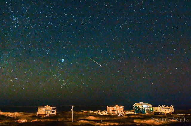 Nhiếp ảnh gia John Entwistle bắt lại được một vệt sao băng cùng dải Ngân Hà trên bầu trời Corolla, bắc California.