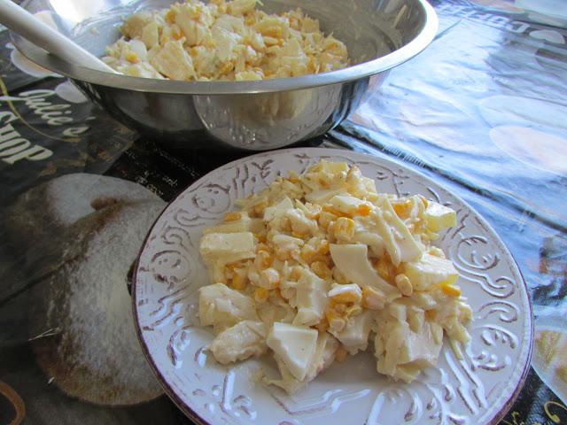 sałatka z sera, ananasa, jajek i kukurydzy