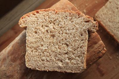 Szybki chleb pszenny pełnoziarnisty na drożdżach