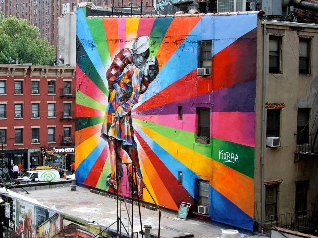 Colorido mural en edificio