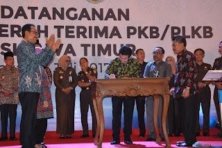 Bupati Emil Hadiri Penandatanganan Berita Acara Serah Terima PKB dan PLKB se-Jawa Timur