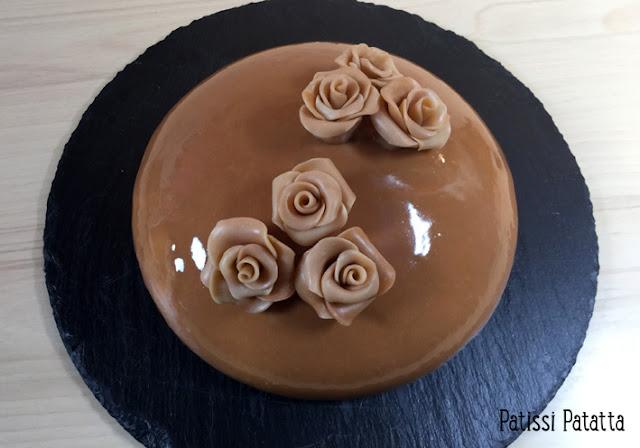 recette d'entremet vanille et caramel, entremet glacé, glaçage miroir, gâteau de fête, cake design, fleurs en chocolat plastique, l'équinoxe de Cyril Lignac simplifié, gâteau miroir, entremet miroir, gâteau tendance,