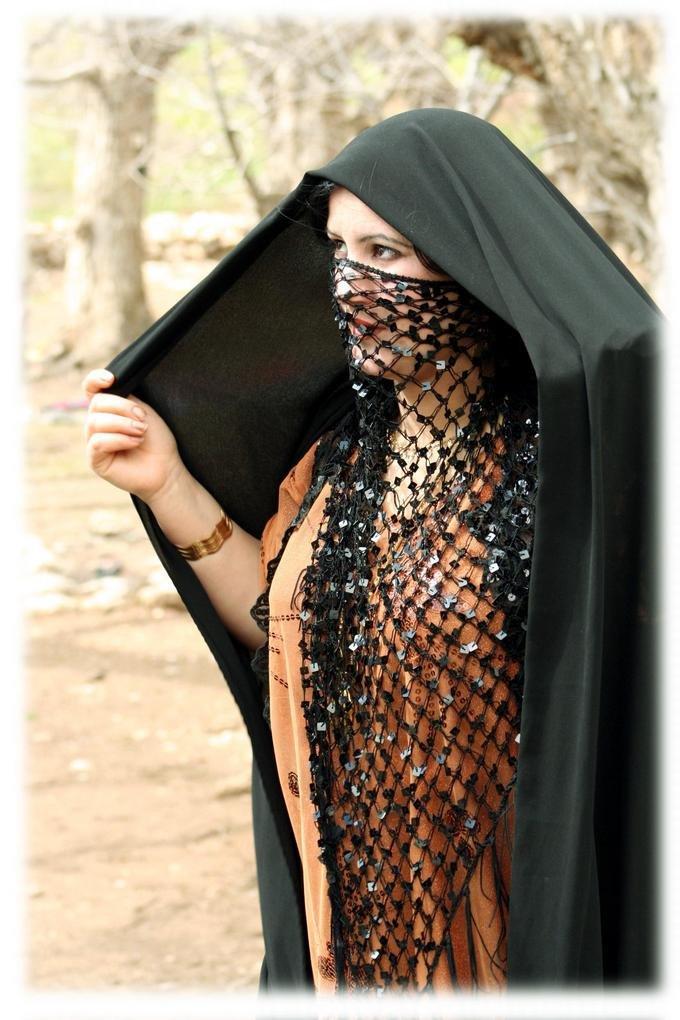 Фото сексуальная девушка в парандже кисой природе