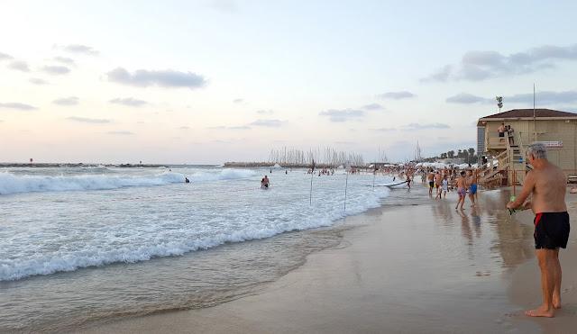 רוחצים בחוף גורדון בתל אביב